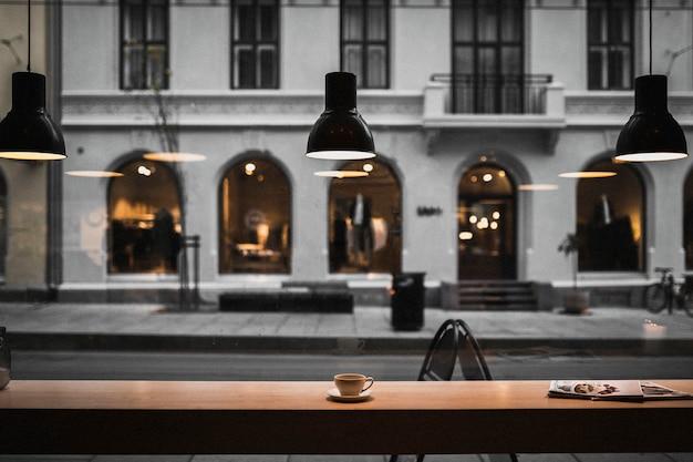 Café caloroso em um dia chato em oslo