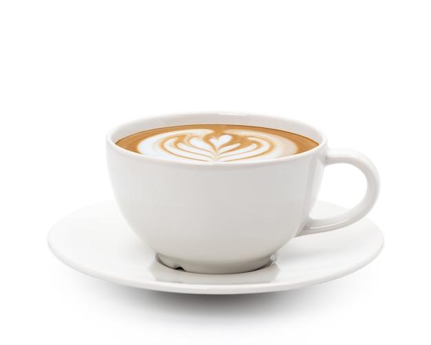 Café cappuccino com leite quente arte isolada no fundo branco.
