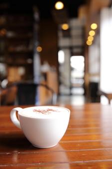 Café cappuccino em fundo de madeira em cafeteria