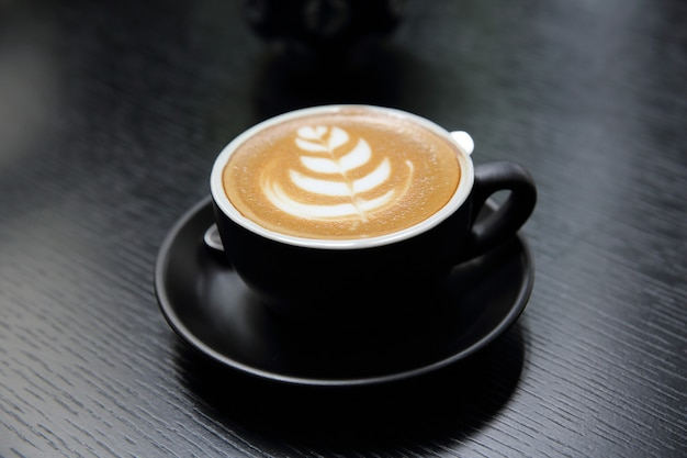 Café cappuccino em fundo de madeira