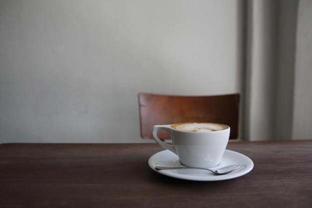 Café capuccino em fundo de madeira