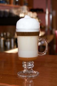 Café capuccino em um balcão