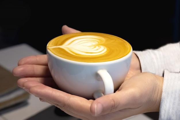 Café capuchino na mão
