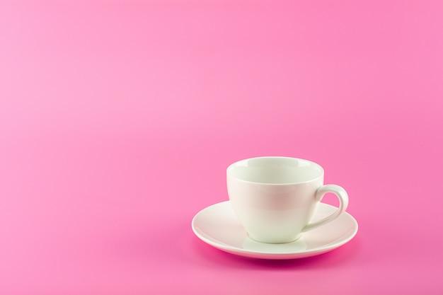 Café cerâmico branco em rosa.