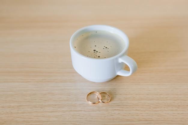 Café com alianças na mesa, manhã de noiva