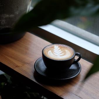 Café com arte na caneca preta