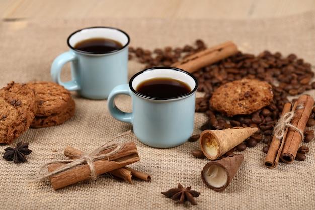 Café com biscoitos e canela.