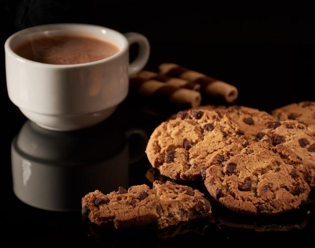 Café com biscoitos e doces de chocolate