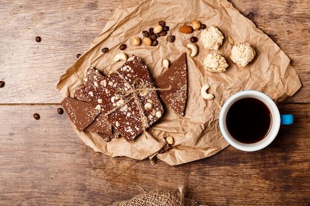 Café com chocolate e nozes na madeira