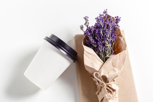 Café com composição de flores na mesa