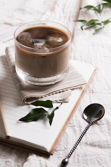 Café com cubos de gelo em alta vista de vidro