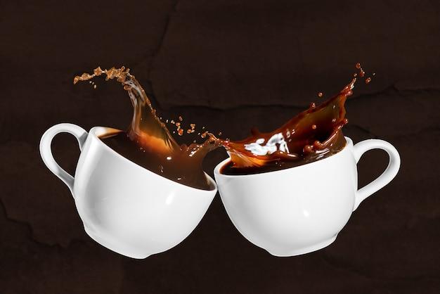 Café com efeito de respingo em fundo marrom pedregoso