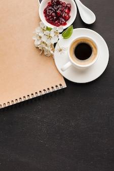 Café com espaço para texto no café da manhã