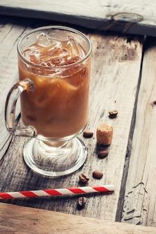 Café com gelo no fundo de madeira velho