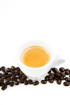 Café com grãos de café isolado no branco