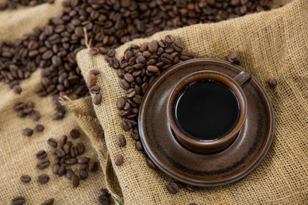 Café com grãos de café torrados