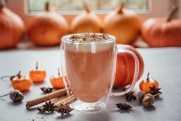Café com leite apimentado de abóbora com chantilly e canela