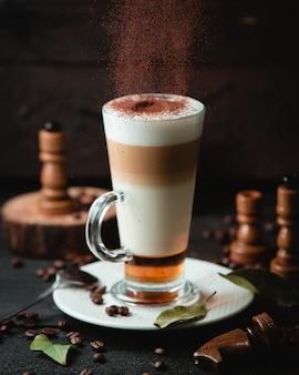 Café com leite caramelo com chocolade em cima da mesa