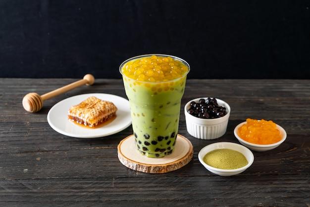 Café com leite chá verde com bolhas de bolha e mel