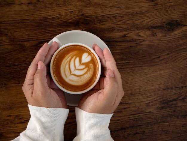 Café com leite com arte latte linda na mão