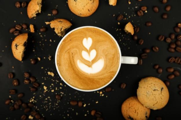 Café com leite com biscoitos e grãos de café
