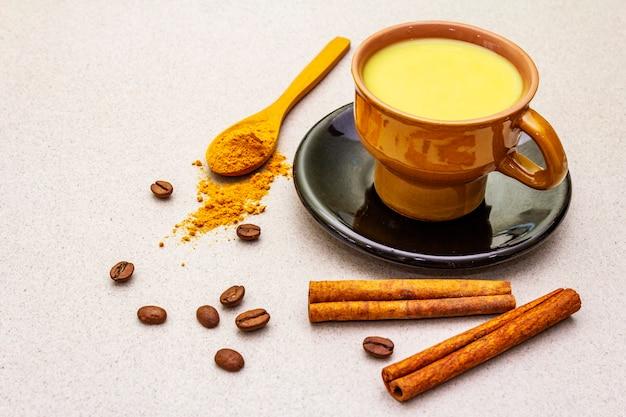 Café com leite com canela açafrão dourado