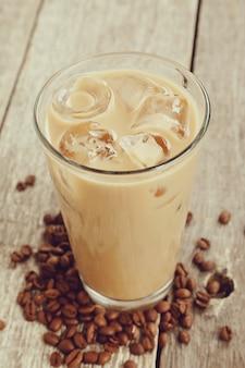 Café com leite com grãos de café