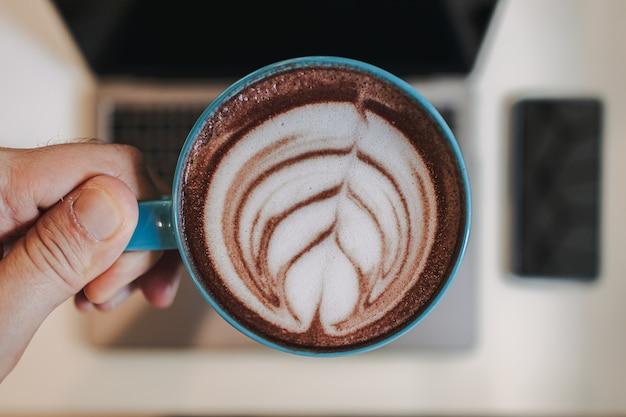 Café com leite com laptop e celular