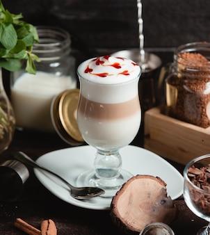 Café com leite com leite com fatias de morango