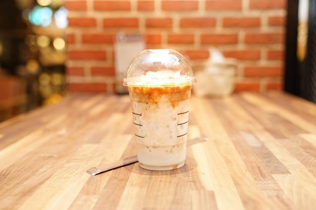 Café com leite com tijolo na mesa de madeira