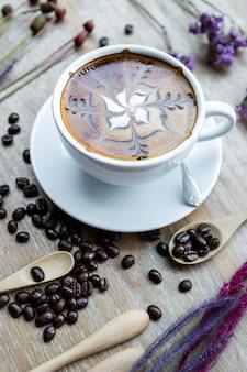 Café com leite coração, feijão em uma mesa de madeira