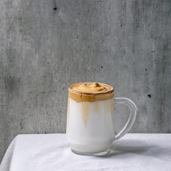 Café com leite dalgona espumoso tendência de bebida coreana com leite