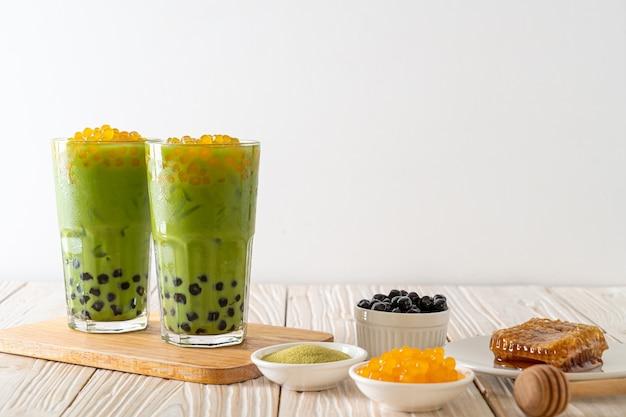 Café com leite de chá verde com bolha e bolhas de mel