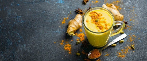 Café com leite dourado com vista superior do espaço de cópia. ingredientes para cozinhar latte amarelo