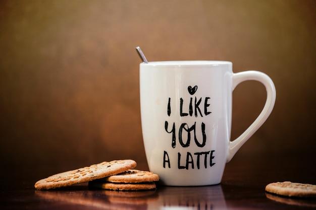 Café com leite e biscoitos com caneca branca e o texto eu gosto de você um café com leite