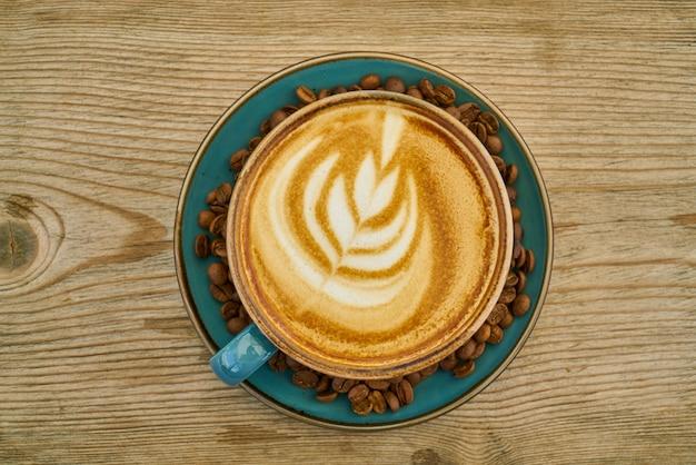 Café com leite e grãos de café