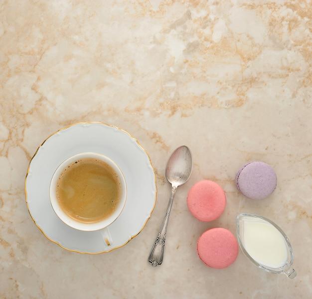 Café com leite e macarons franceses em mármore