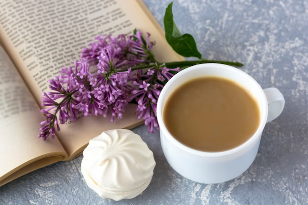 Café com leite e marshmallows