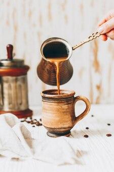 Café com leite é servido em uma caneca