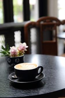 Café com leite em fundo de madeira