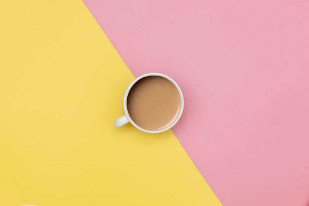 Café com leite em fundos amarelos e rosa