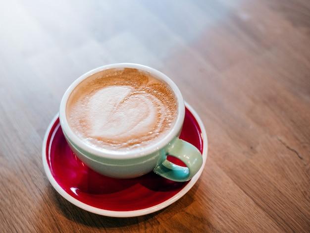 Café com leite em mesa de madeira com efeito de filtro de filme retrô
