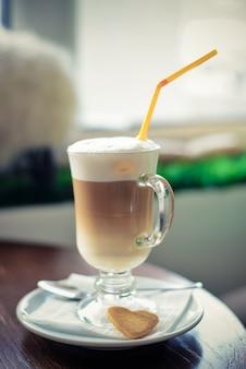 Café com leite em um copo