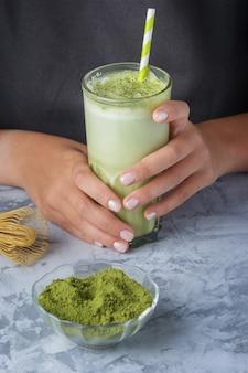Café com leite feito de matcha chá verde e close-up de leite de soja. bebida vegetariana
