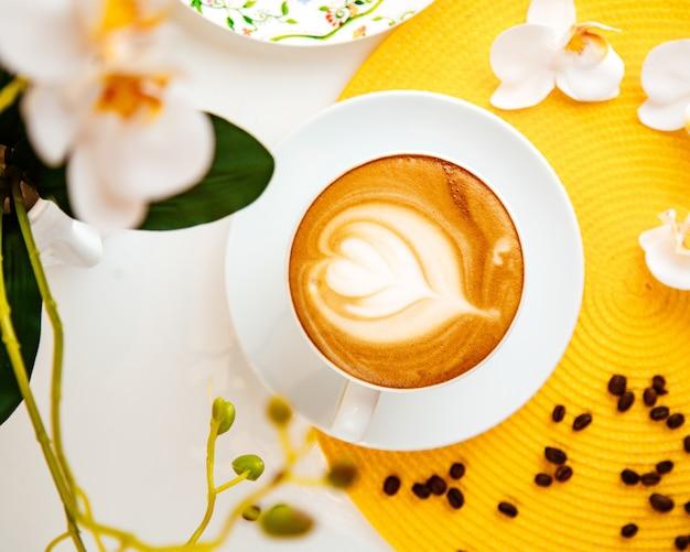 Café com leite flores feijão vista superior