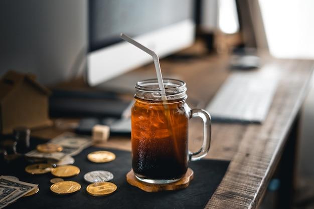 Café com leite gelado americano na mesa em casa