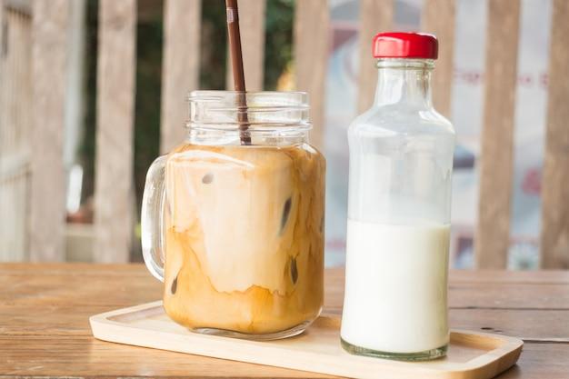 Café com leite gelado caseiro na mesa de madeira