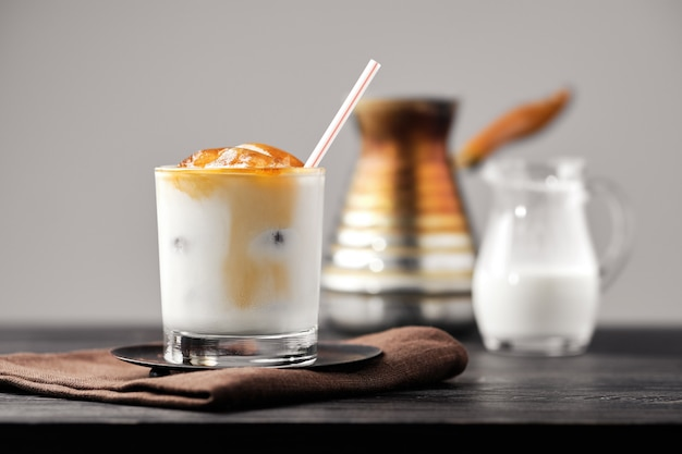 Café com leite gelado com cubos de café congelado e creme doce