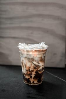 Café com leite gelado em copo de plástico