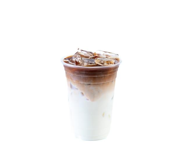Café com leite gelado em fundo branco isolado. bebidas contendo leite e café